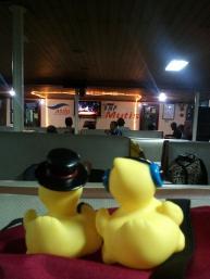 Mike et Kévin dans le ferry. Il y avait même un karaoké !