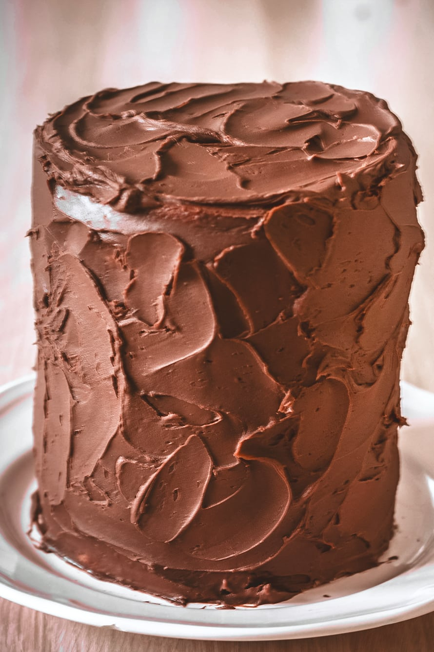 Decoration of a layer cake with chocolate ganache