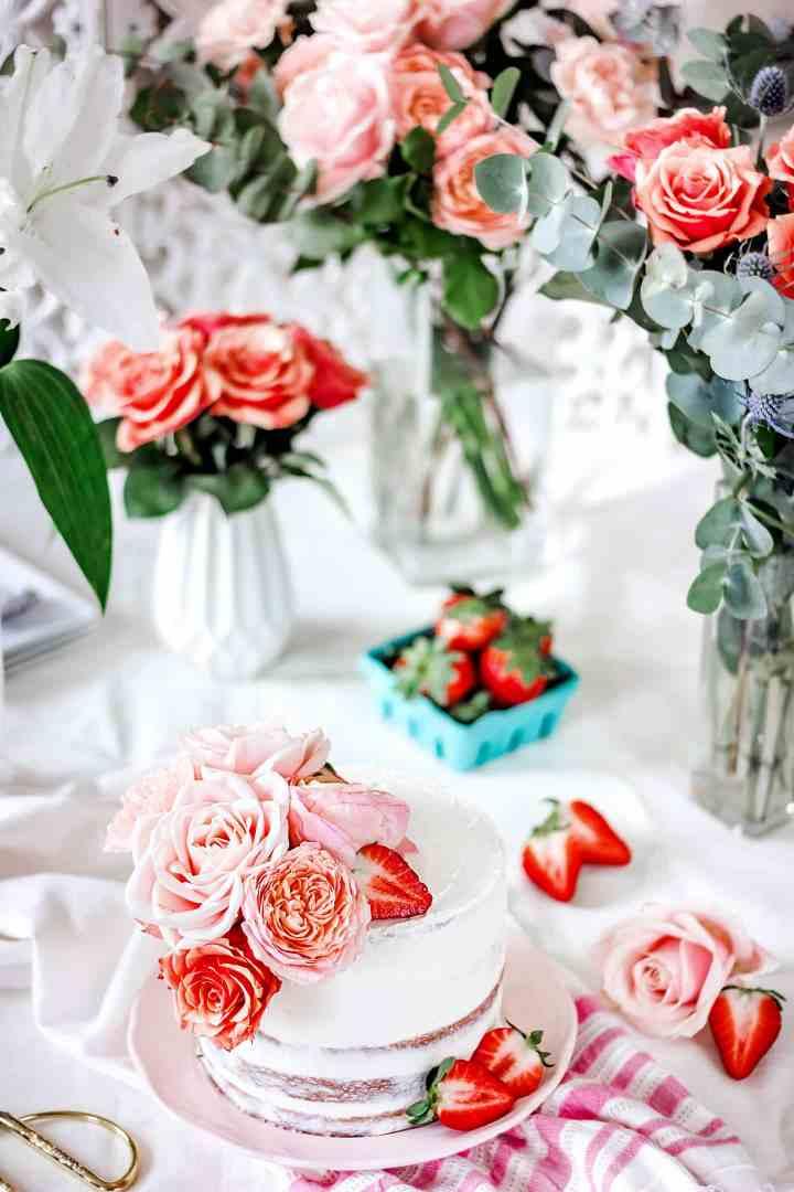 La recette du layer cake aux fraises et fleurs fraiches