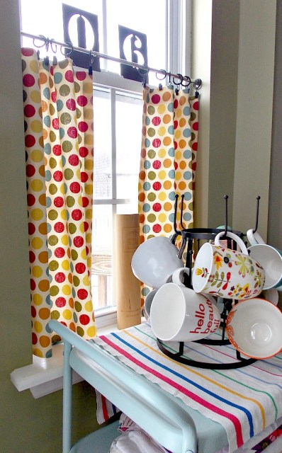 I made these no sew cafe curtains for my kitchen- and you can make them too!