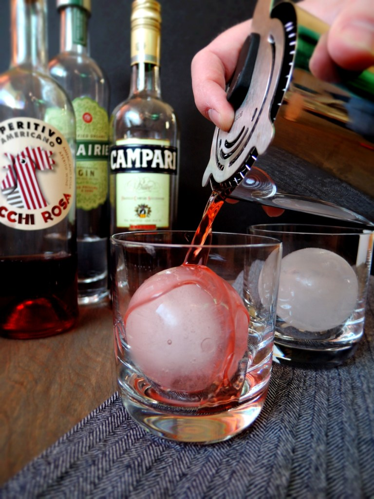 pouring negroni