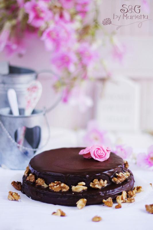 Pastel almendrado de chocolate, bizcocho almendrado, chocolate Nestlé, chocolate negro, intenso, flores rosas, tartas vintage, tartas románticas, chocolate, tartas de chocolate, sweets and gifts by Marietta, Recetas caseras