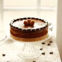 Tarta de trufa, crema almendras y café