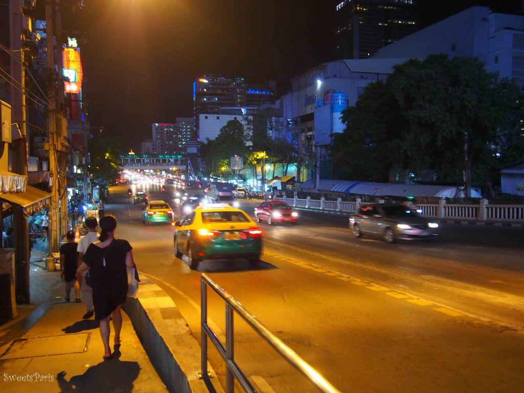 タイ・バンコクでタクシーを捕まえる