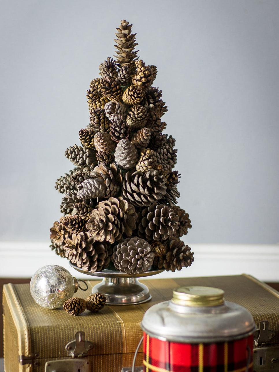 10 DIY Winter Decorations - pinecone tree