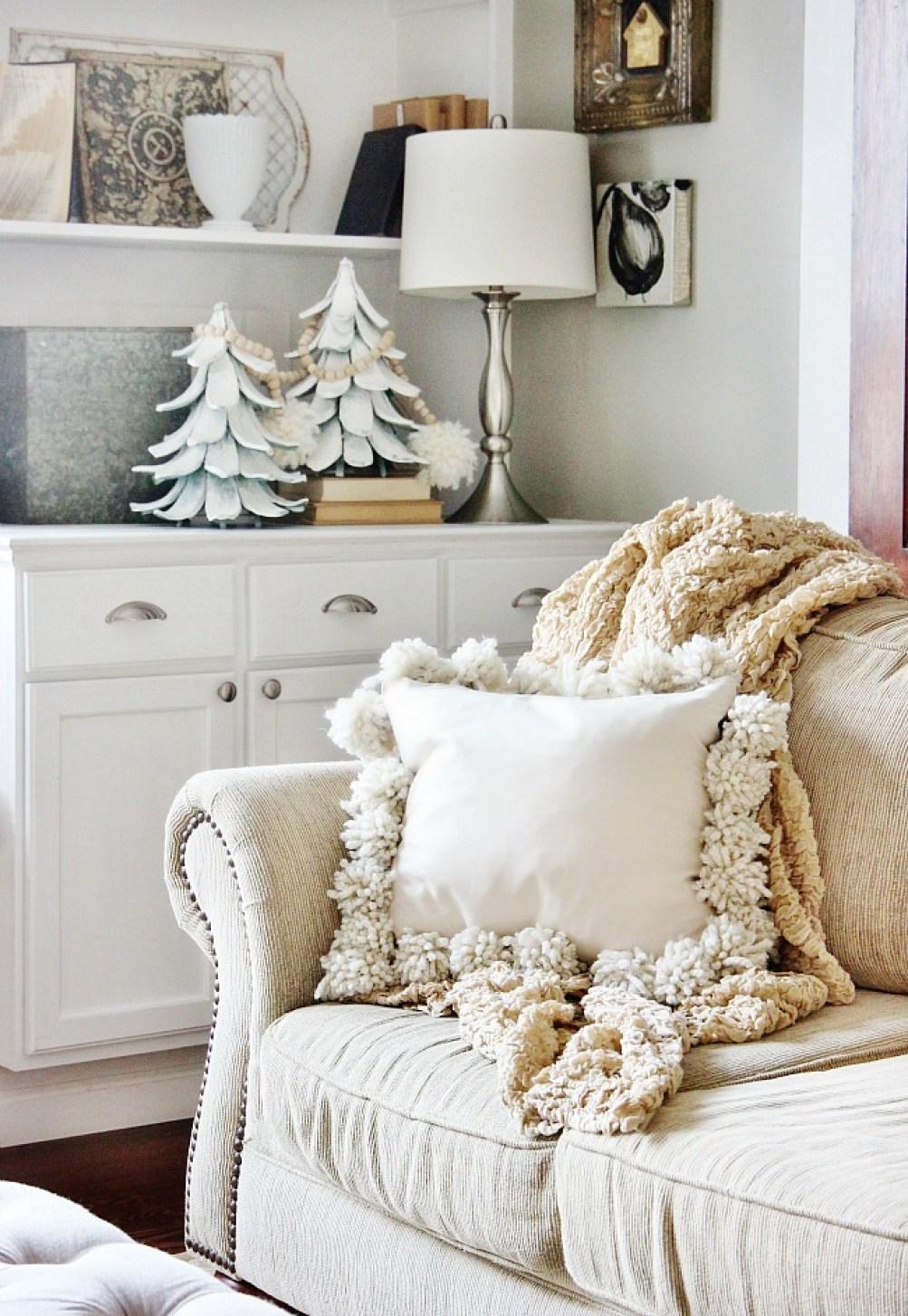 10 DIY Winter Decorations - pom pillow