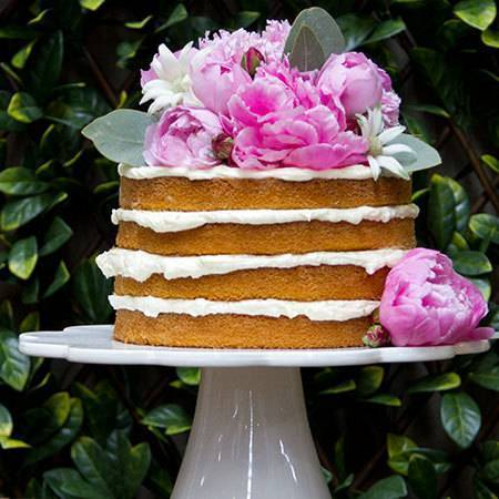 one-tier-naked-cake-with-pink-flowers