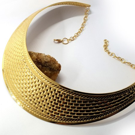 Metal textured necklace shape tool in golden color