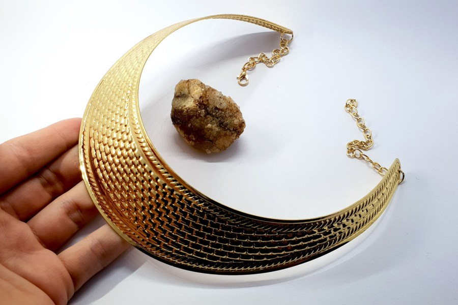 Metal textured necklace shape tool in golden color 3