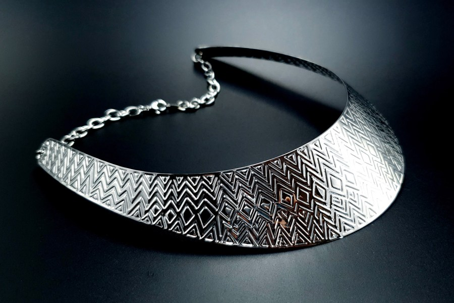 Metal Base Zigzag Pattern Silver Necklace 2