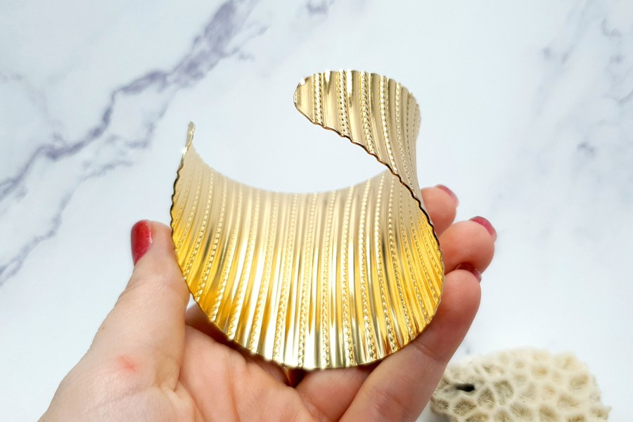 Bracelet metal base stripes pattern, golden color