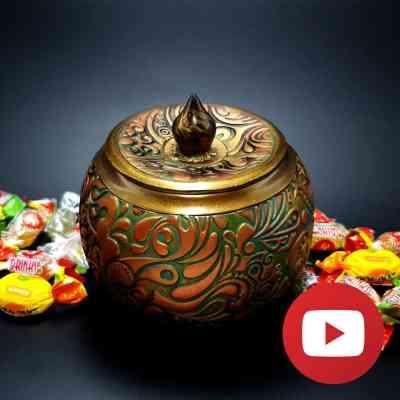 Candy pot with magic veneer