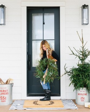 Lovely Winter Front Porch Decoration That Will Make Your Porch Looks Beautiful 07