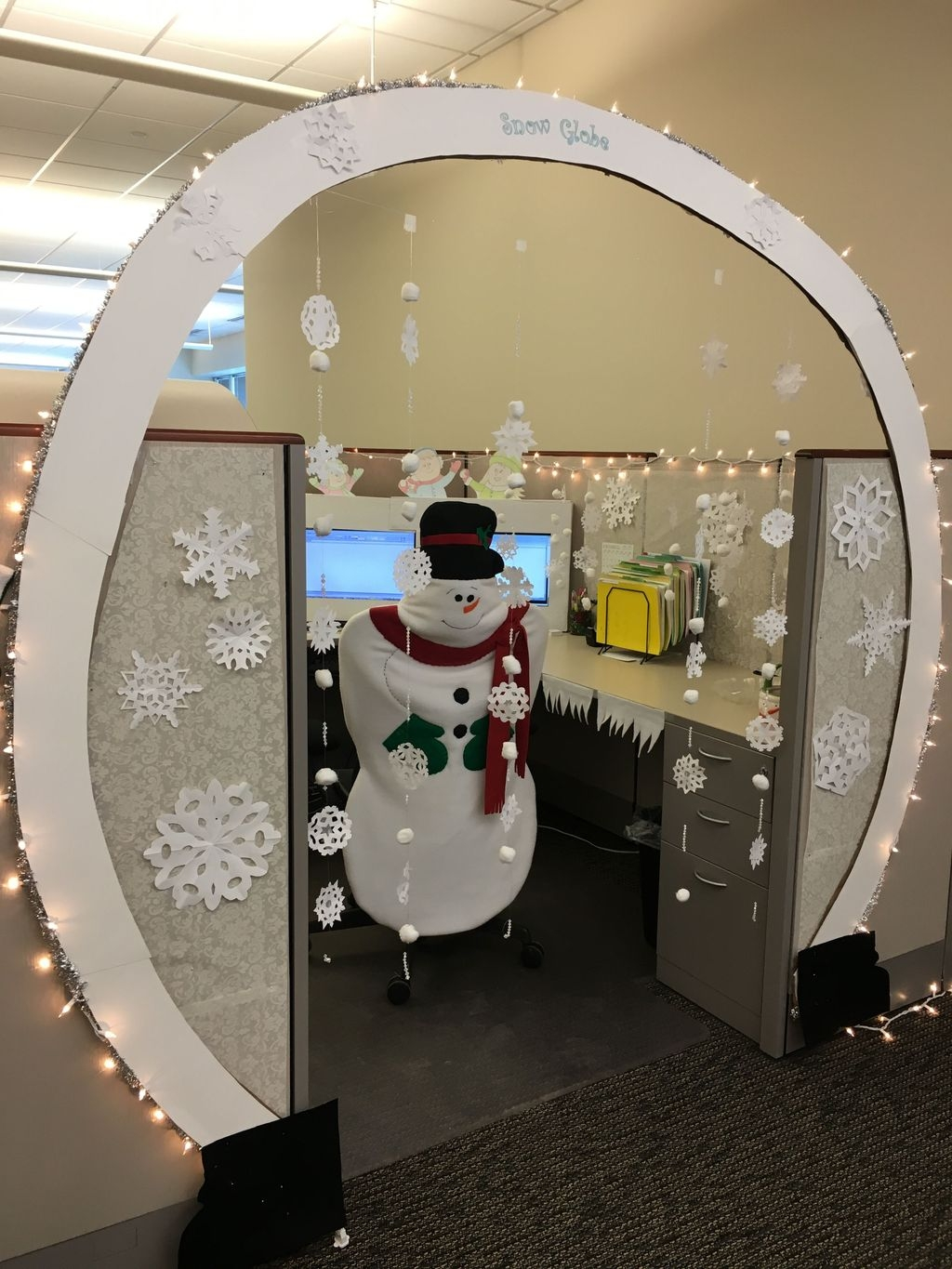 Stunning Winter Office Decorations That You Can Easily Make 28