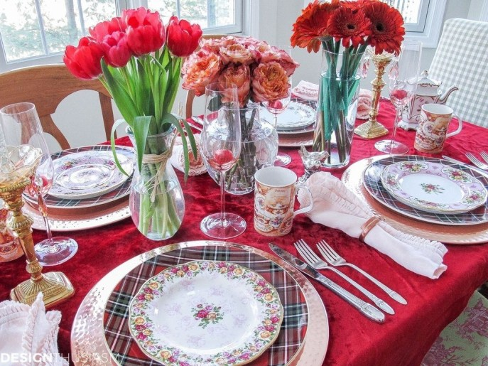 Romantic Valentines Day Dining Room Decor 49