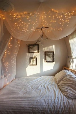 Romantic Bedroom With Canopy Beds 24