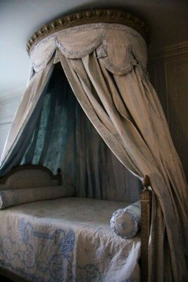 Romantic Bedroom With Canopy Beds 27