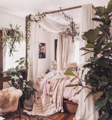 Romantic Bedroom With Canopy Beds 31