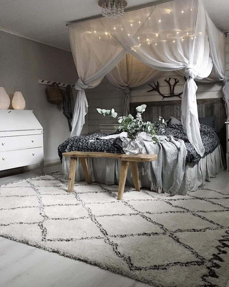 Romantic Bedroom With Canopy Beds 37