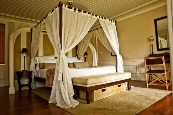 Romantic Bedroom With Canopy Beds 42