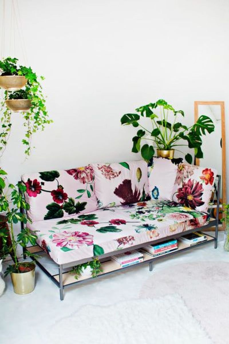 Amazing Floral Living Room Decor Ideas That You Will Love 26