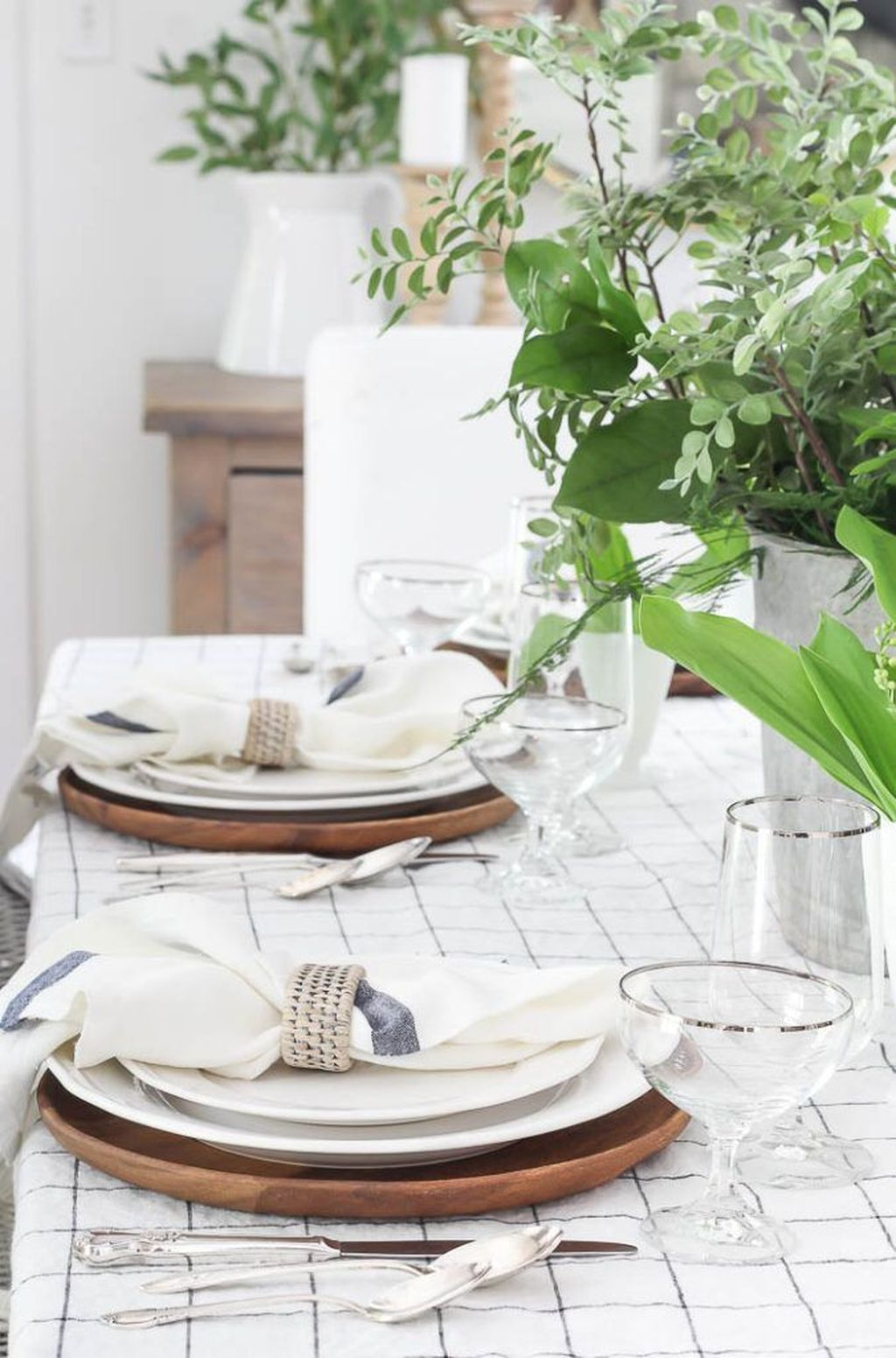 Amazing Summer Tablescapes For Dining Room Decor 25