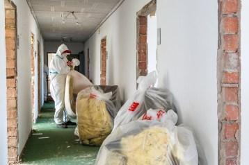 Letzte Reste werden aus dem Gebäude entsorgt