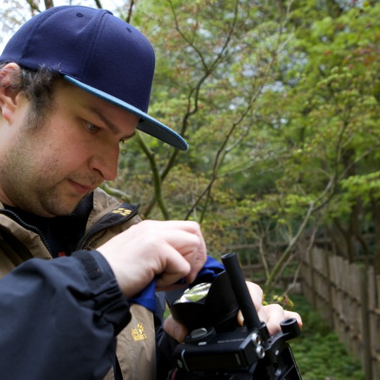 Michael Jahn richtet die Kamera ein