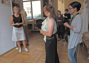 Ina Lübcke-Jung und Alexandra Friske passen Bluse und Rock individuell an.