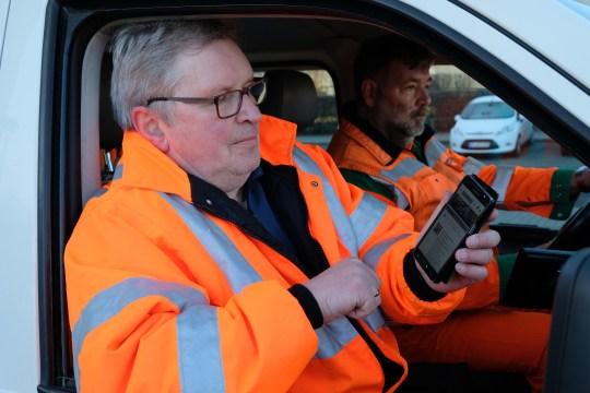 Auf dem Weg zum nächsten Arbeitsort checkt Hagen Vedder die neuesten Nachrichten im Intranet.
