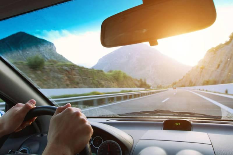 Kierowca samochodu w okularach przeciwsłonecznych