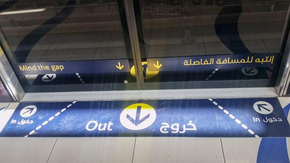 wejście do wagonu metra w Dubaju