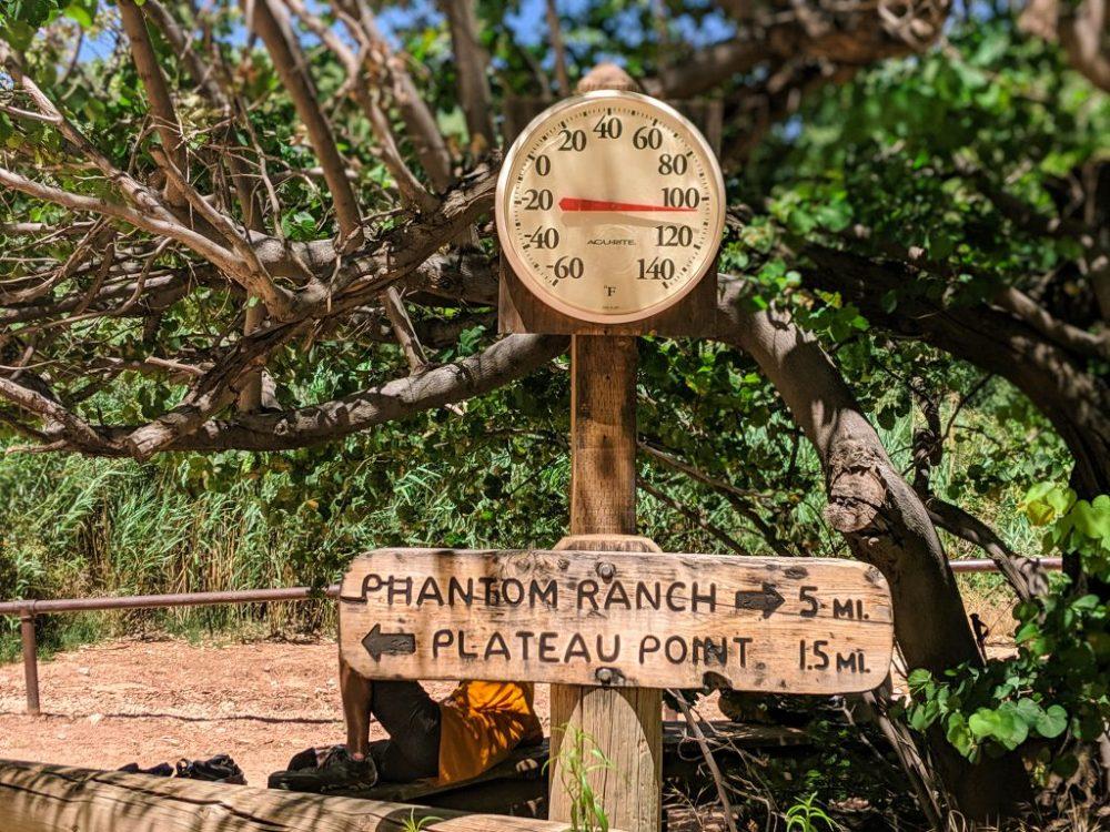 Grand Canyon - Na szlaku znajdziecie termometr wskazujący obecne warunki. 105 st F to ok 40,5 st C.   fot. Mateusz Antkiewicz | zdjęcie zrobione smartfonem