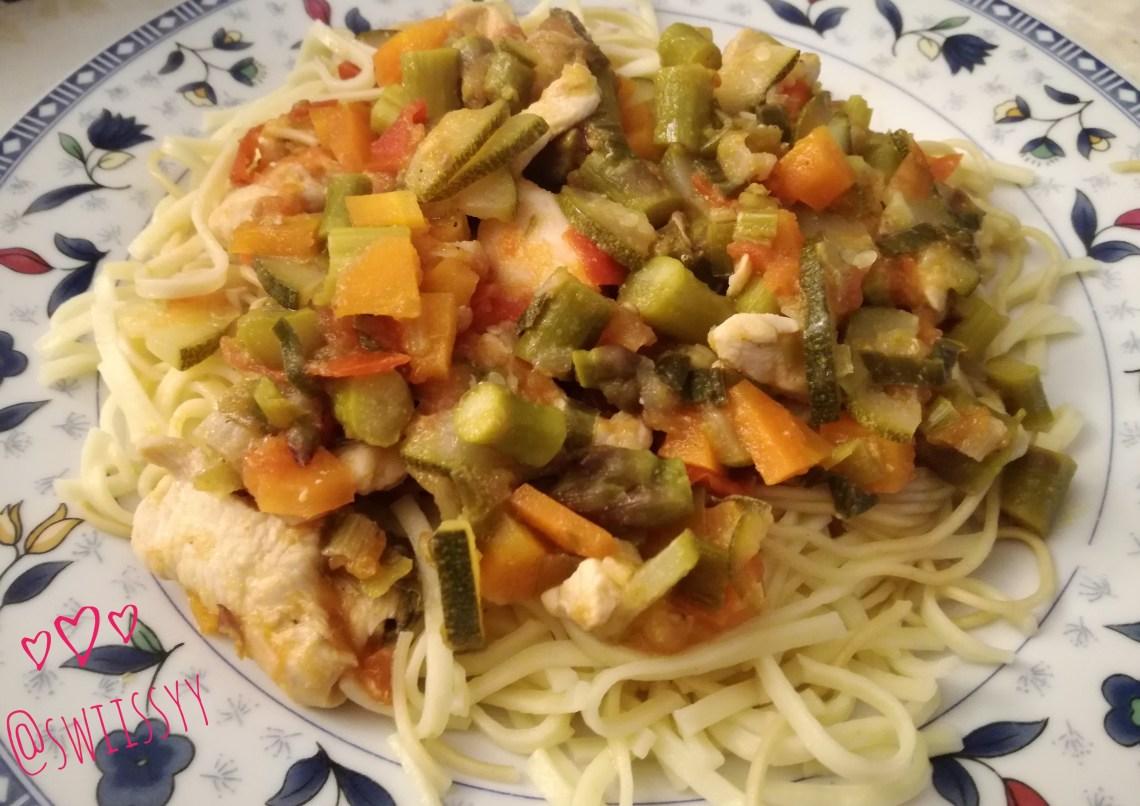 noodles com legumes salteados e galinha - swiissyy