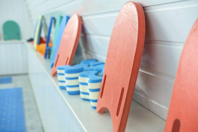 ビート板やプルブイを使って効率よく身体を鍛える