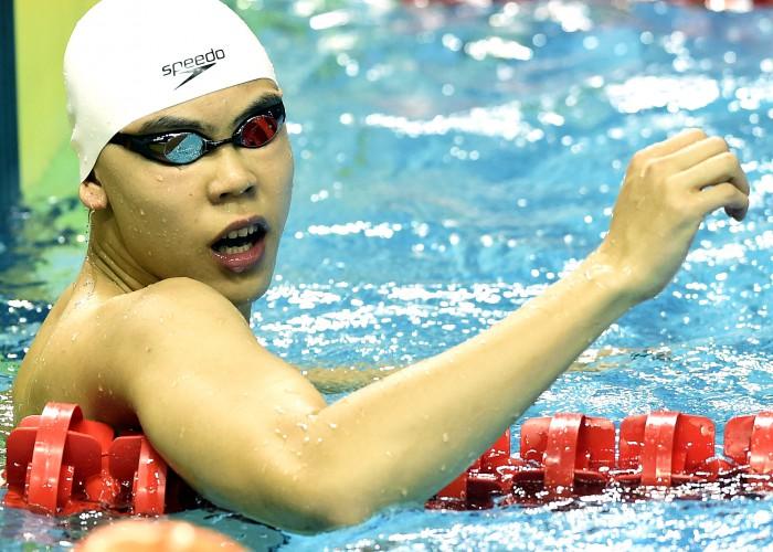 (140820) -- NANJING, Aug 20, 2014 (Xinhua) -- Yu Hexin of China celebrates after winning the Men's 50m Freestyle match at Nanjing 2014 Youth Olympic Games in Nanjing, capital of east China's Jiangsu Province, on Aug. 20, 2014. Yu Hexin of China won the gold medal.(Xinhua/Yue Yuewei)(hhx)