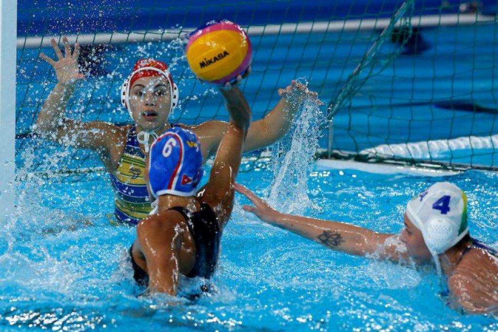 Lima, Saturday August 10, 2019 - Mayelin Bernal from Cuba, shoulder turned, attempts a shot during the Women's Bronze medal Water Polo match against Brazil at the Complejo Deportivo Villa Maria del Triunfo at the Pan American Games Lima 2019 . Enrique Cuneo / Lima 2019 Mandatory credits: Lima 2019 ** NO SALES ** NO ARCHIVES **