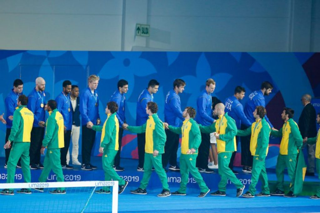 Lima, Saturday August 10, 2019 - The USA team, top, shakes hands with the Brazilian team during the Men´s Water Polo Awards Ceremony at the Complejo Deportivo Villa Maria del Triunfo at the Pan American Games Lima 2019. Copyright Enrique Cuneo / Lima 2019 Mandatory credits: Lima 2019 ** NO SALES ** NO ARCHIVES **