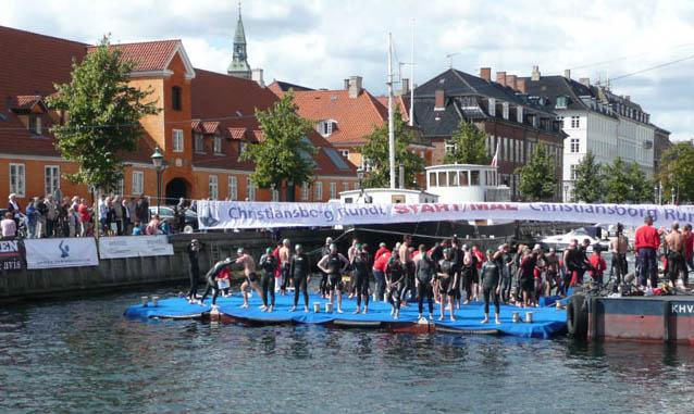 Billede af svømmere på startpontonen ved Christiansborg Rundt 2009