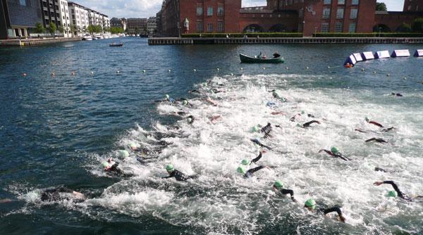 En masse svømmere starter ved Christiansborg Rundt 2010
