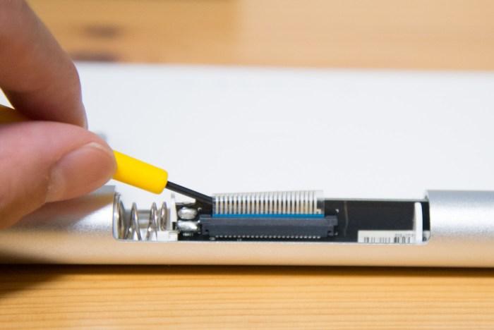 Apple Wireless Keyboard、基盤をつないでいる透明の平たいケーブル