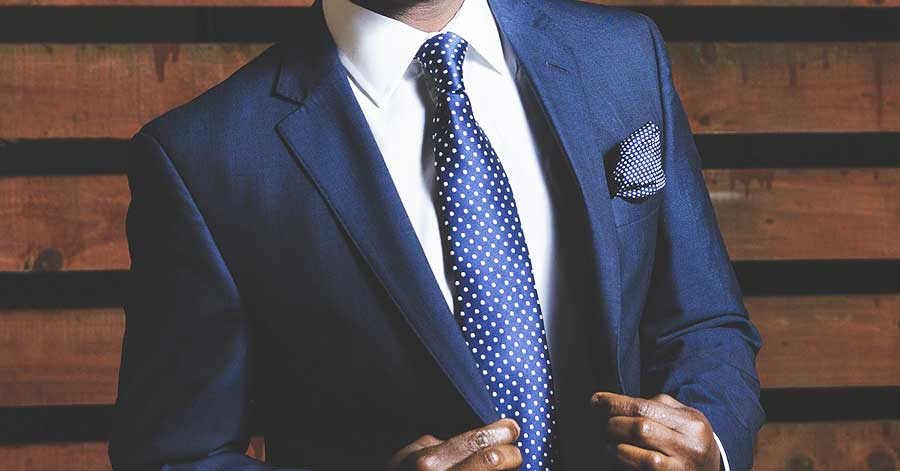 身なりを整えたスーツ姿の男性