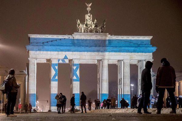 テロの犠牲者を悼むため、独のブランデンブルク門にイスラエルの国旗が映し出される