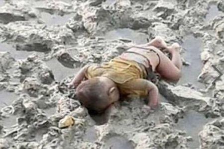 ミャンマーの少数民族「ロヒンギャ」、その父親が亡くなった息子の写真を公開する