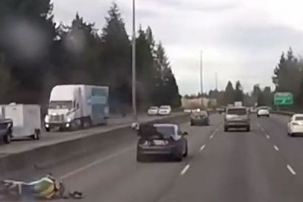 バイクが車の後部に衝突!次の瞬間、意外すぎる展開に思わず目を奪われる