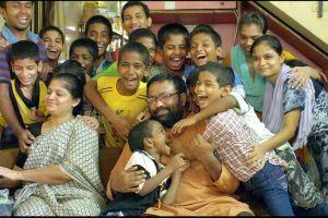 HIV陽性の子供たちを多く引き取り、育てているインド人男性が話題に