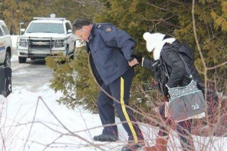 8人の難民が米国境警備隊の制止を振り切り、カナダへ逃げ込み保護される