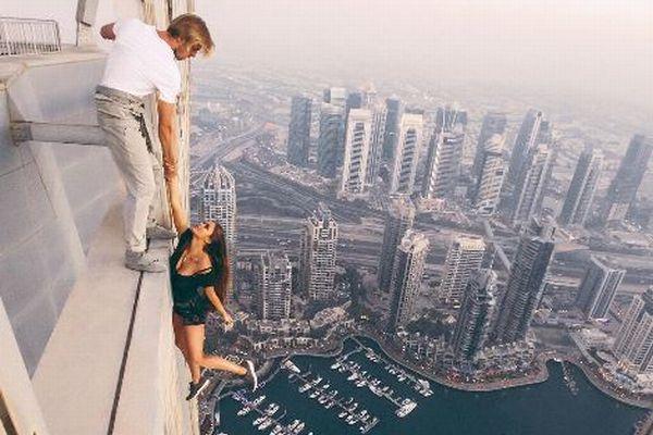 ロシア人モデルが高層ビルの真上から腕一本でぶら下がる!危険すぎると批判の声も