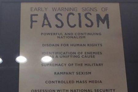現代と同じ?ホロコースト博物館にあるファシズムへの警告リストが、米市民の間で話題に