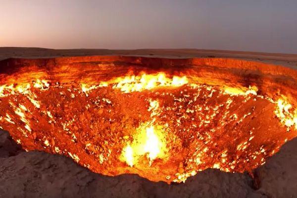 「地獄への扉」と呼ばれる恐ろしい炎のクレーター、その成り立ちが意外すぎる
